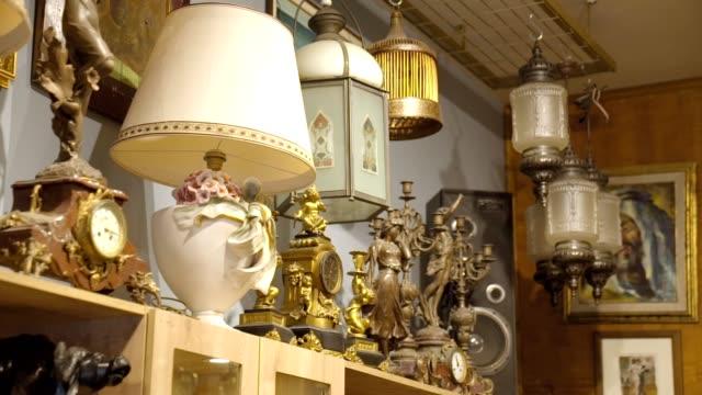 antiquitätenladen uhren statuen - antique shop stock-videos und b-roll-filmmaterial