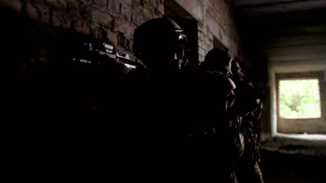 polizia antiterrorismo durante esercitazioni tattiche - rivalità video stock e b–roll