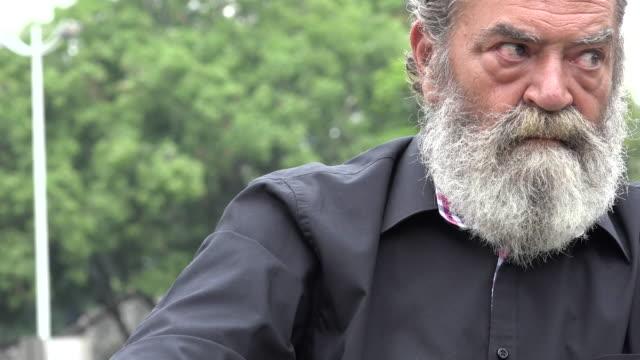 vídeos y material grabado en eventos de stock de ansioso barbudo hombre viejo - vibrisas