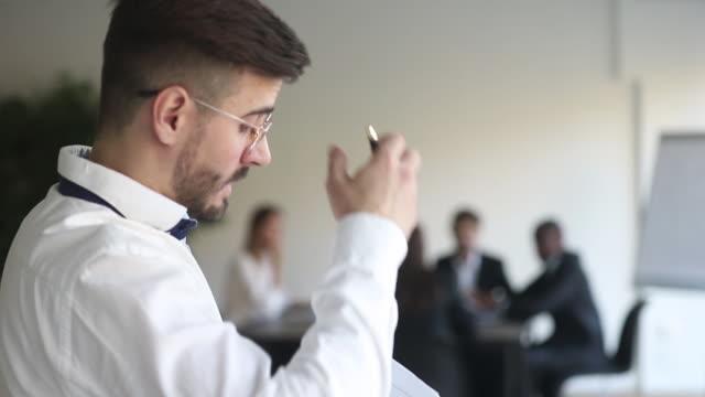 stockvideo's en b-roll-footage met angstige spreker leest papieren bang voor het spreken van het publiek tijdens de presentatie - ongerustheid