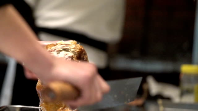 apart roasted duck on plate in kitchen in slow motion - изысканная кухня стоковые видео и кадры b-roll
