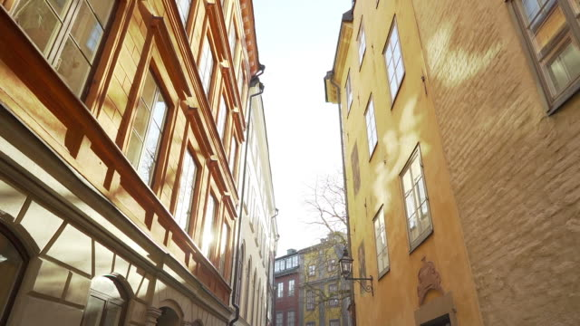 vídeos de stock e filmes b-roll de apartment building streets in stockholm area at winter. scandinavian facades of old town houses in the narrow streets. traveling concept. slow motion. steadicam shot - países nórdicos