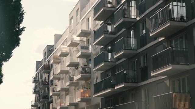 베를린, 독일의 아파트 건물 - 고층 건물 스톡 비디오 및 b-롤 화면