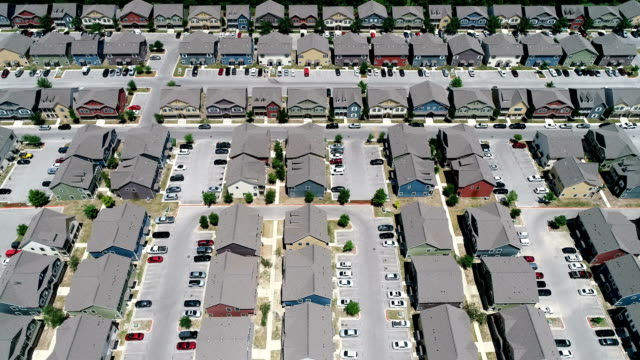 vidéos et rushes de deux lignes condos nouveau développement étudiant logement parfait appartements à vue d'horizon ensemble des immeubles d'habitation sans fin - hlm