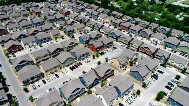 vidéos et rushes de vie de banlieue colorée condos nouveau développement étudiant logement san marcos, texas appartements - hlm