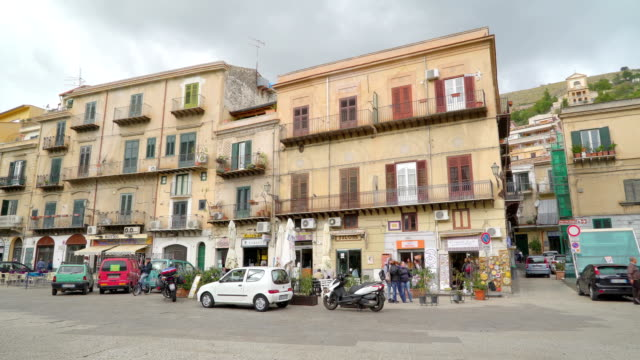 apartmet buildings on the streets of palermo sicily italy - palermo città video stock e b–roll