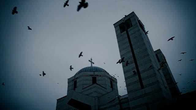 stockvideo's en b-roll-footage met apocalyps scene.crow vliegt rond de kerk - kerk