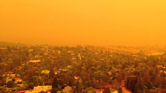 vídeos de stock e filmes b-roll de apocalyptic orange sky over the san francisco bay area on 09.09.2020 due to wildfires in california and oregon - apocalipse