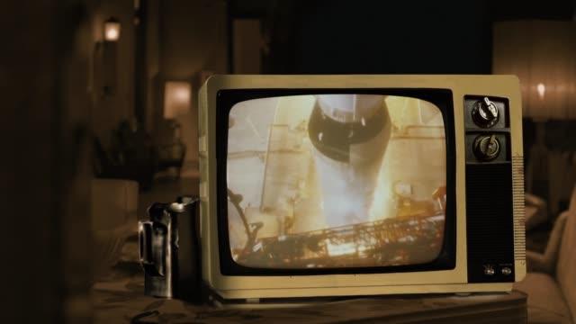 vidéos et rushes de apollo 11 lance du centre spatial kennedy de cap canaveral en 1969 sur un rétro tv. - tradition
