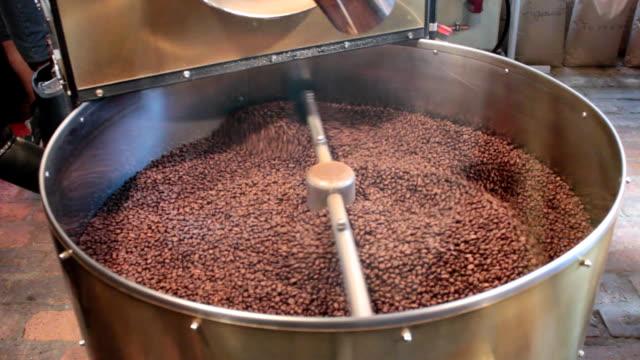 apparater som blandar avloppet i verkliga brasilianska kaffe - tefat bildbanksvideor och videomaterial från bakom kulisserna