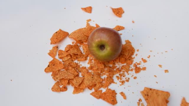 äpple faller och förstör skräpmat - fett näringsämne bildbanksvideor och videomaterial från bakom kulisserna