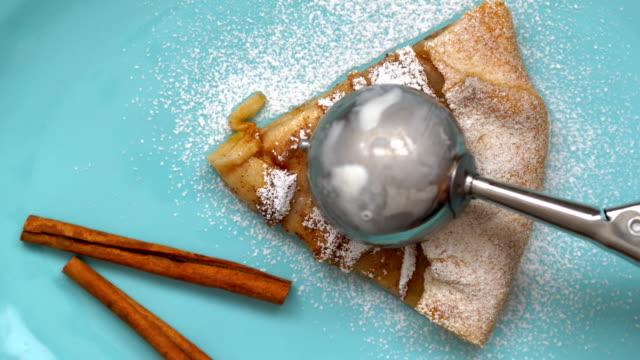 apple pie and ice cream ball. top view. - посыпать стоковые видео и кадры b-roll