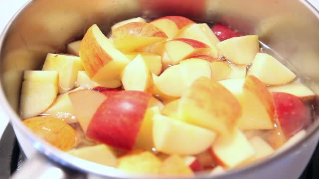 vídeos de stock, filmes e b-roll de molho de maçã que está sendo feito - feito em casa
