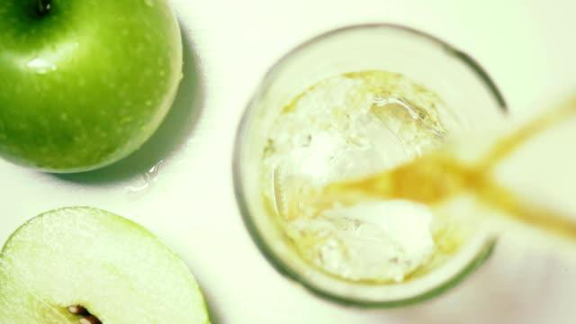 vídeos de stock e filmes b-roll de apples green top view slow motion poured juice - vinagre