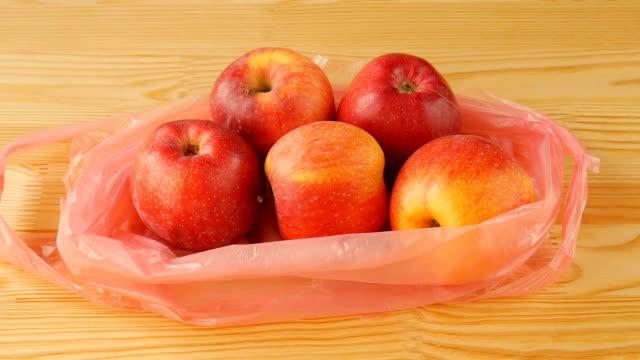 Äpfel auf den Tisch. – Video