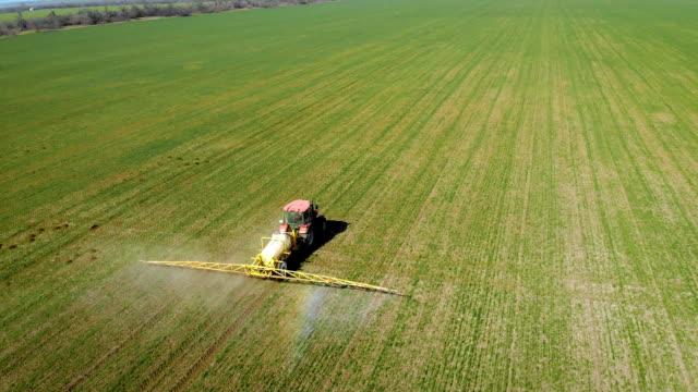 Användning av flytande gödselmedel med traktor med släpvagn på fältet video