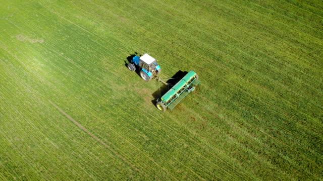 Användning av fasta gödselmedel med traktor med släpvagn på fältet video