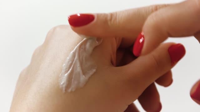handcreme, hautpflege auf weißem hintergrund - maniküre stock-videos und b-roll-filmmaterial