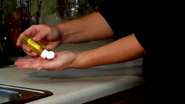 vídeos y material grabado en eventos de stock de mano sanitizer aplicación - hand sanitizer