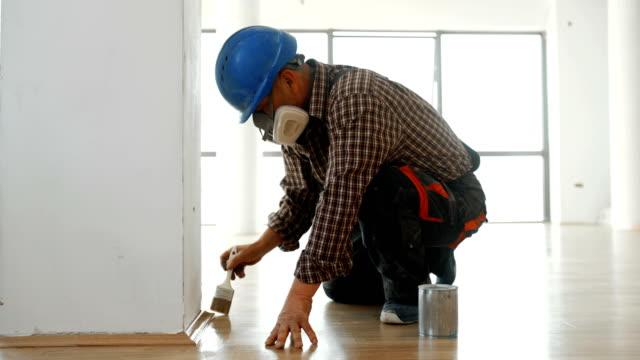 vídeos de stock e filmes b-roll de applying lacquer onto a hardwood floor. - obras em casa janelas