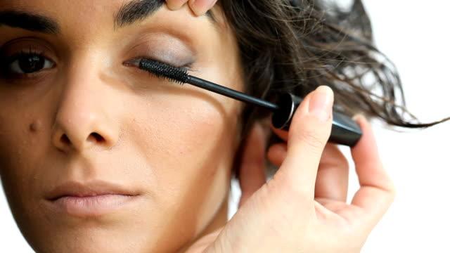 applying mascara on eyelashes - makeup artist bildbanksvideor och videomaterial från bakom kulisserna