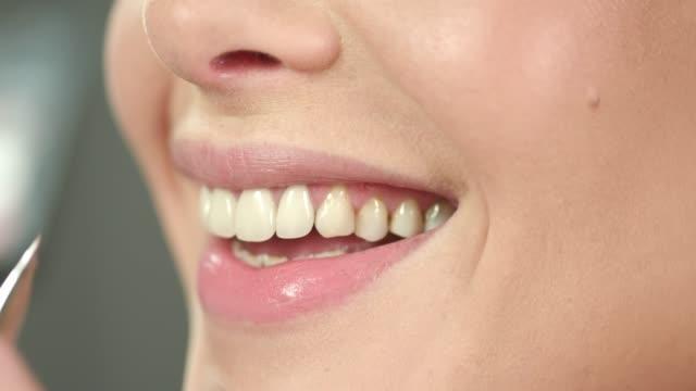 vidéos et rushes de appliquez le rouge à lèvres pâle avec la brosse sur la lèvre inférieure - crayon à lèvres