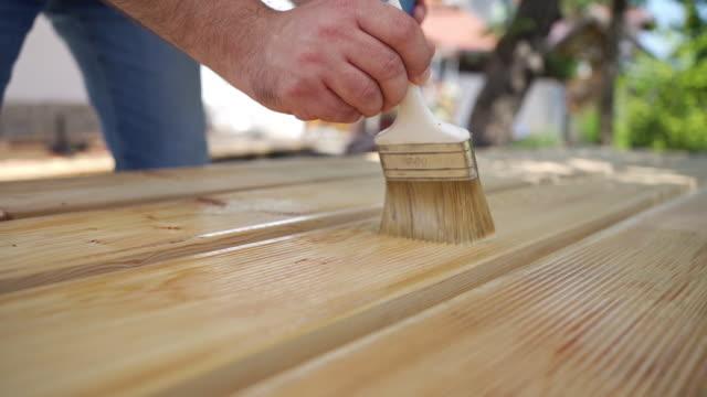 木製のボードに保護ワニスを適用します。 - デッキ点の映像素材/bロール