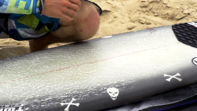 auftragen von wachs auf einem surfbrett - wachs epilation stock-videos und b-roll-filmmaterial