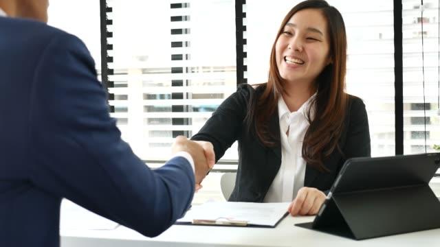 vídeos de stock, filmes e b-roll de encontro entre uma mulher e um homem de negócios, entrevista de emprego - rh