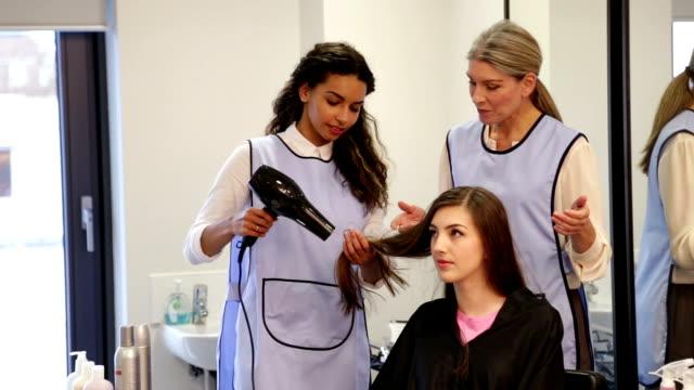 Aprendiz peluquería - vídeo