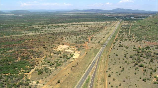 ansatz-autobahn - luftbild - nord-west, bojanala platinum, rustenburg, südafrika - afrikanische steppe dürre stock-videos und b-roll-filmmaterial