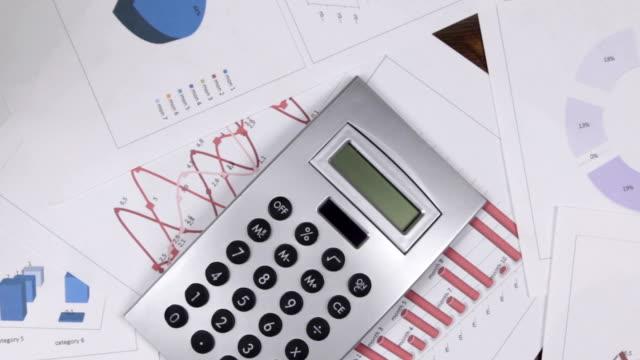En approchant de l'expérience d'affaires, concentrez-vous sur la calculatrice. Vue supérieure. - Vidéo