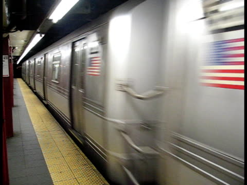 avvicinarsi della metropolitana di new york - subway video stock e b–roll