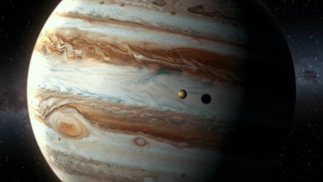 zbliża się do gazowego olbrzyma jowisza i jego księżyca io - io księżyc filmów i materiałów b-roll