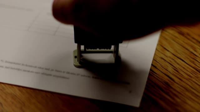 vídeos de stock, filmes e b-roll de selo de selo aprovado carimbo - validação