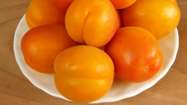 Aprikosen auf dem Tisch. – Video