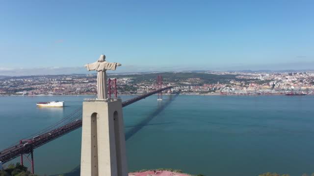 vídeos de stock e filmes b-roll de april 25th bridge and christ the king statue - cristo rei lisboa