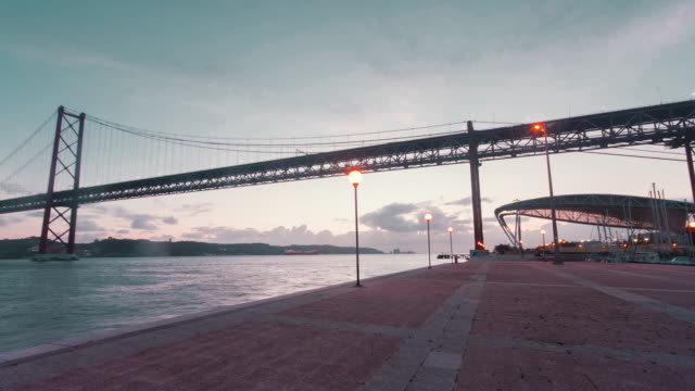 vídeos de stock e filmes b-roll de april 25th bridge at nightfall - ponte 25 de abril