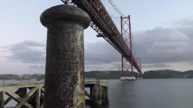 vídeos de stock e filmes b-roll de ponte 25 de abril, em lisboa - ponte 25 de abril