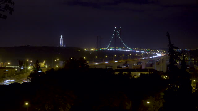vídeos de stock e filmes b-roll de 25 april bridge night - ponte 25 de abril
