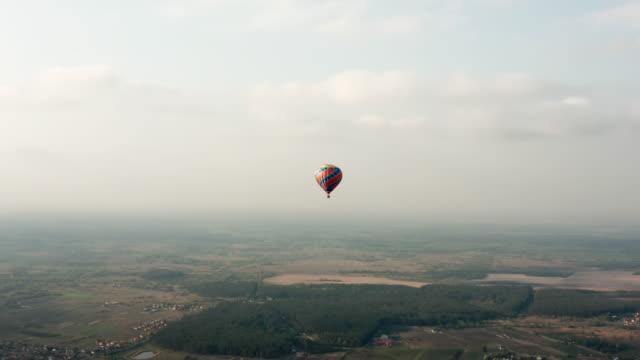 aproaching hot air balloon - vivid 4k video stock videos & royalty-free footage