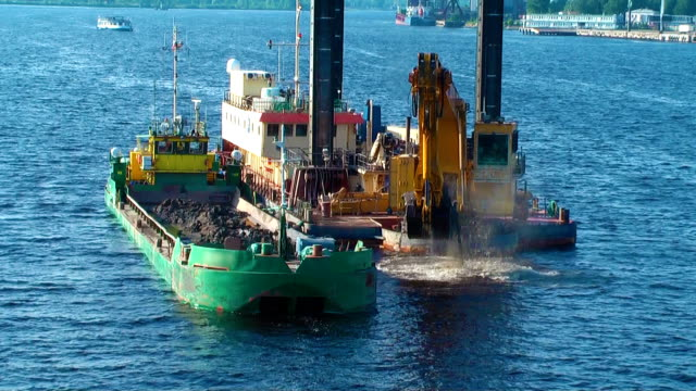 vídeos de stock, filmes e b-roll de hd-aqua excavator - estreito mar