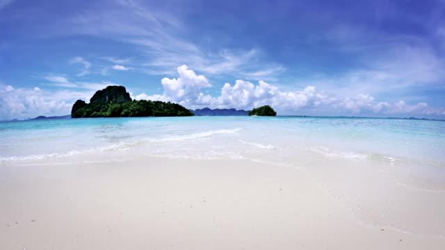 vídeos de stock e filmes b-roll de aqua perfeito praia de areia branca - ibiza