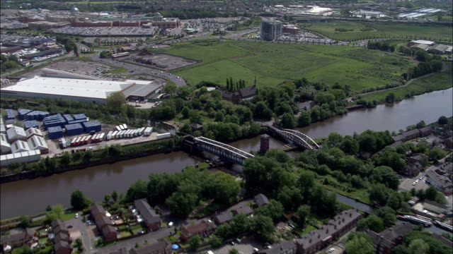 acquedotto crossing a manchester nave sul canale vista aerea-inghilterra, warrington, regno unito - canale video stock e b–roll