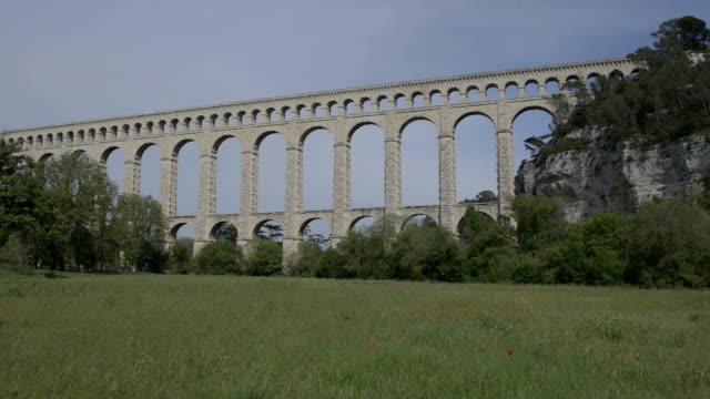 stockvideo's en b-roll-footage met aquaduct van roquefavour en een veld met papavers - pont du gard
