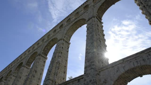 stockvideo's en b-roll-footage met aquaduct van roquefavour - pont du gard