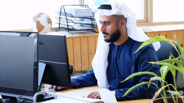 arab business executive working at an office - arab стоковые видео и кадры b-roll
