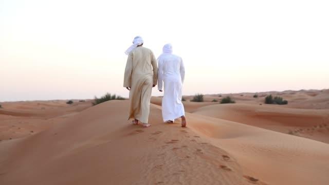 vídeos y material grabado en eventos de stock de amigos árabes fuera del desierto de dubai para un fin de semana - islam
