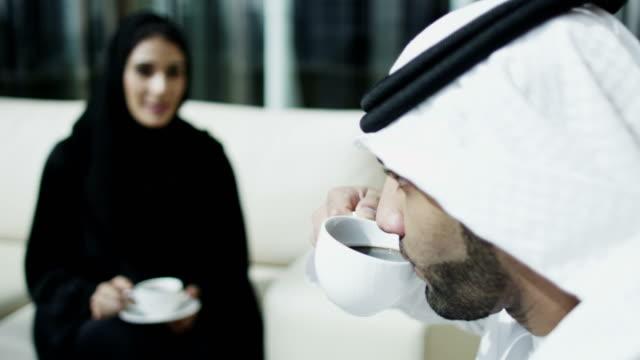 arabo maschio femminile abito tradizionale incontro hall dell'hotel - cultura del medio oriente video stock e b–roll