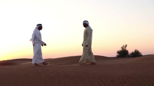 砂漠でアラブ人の挨拶 - 対面点の映像素材/bロール